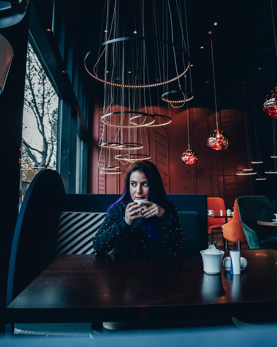 Marjorie tomando café no Pullman Hotel Berlim