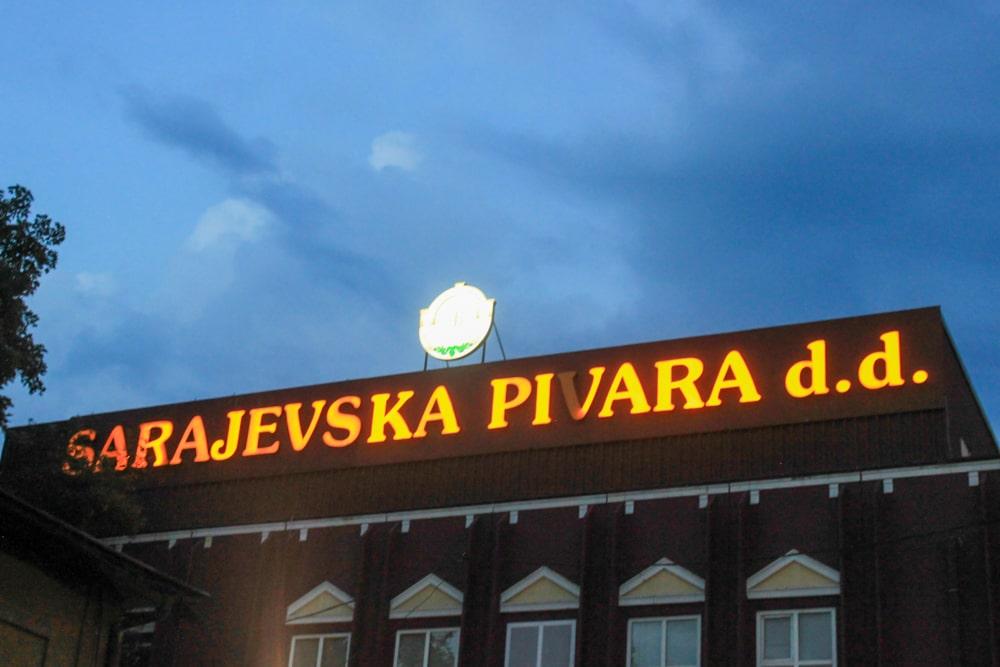 Letreiro iluminado da fábrica Sarajevska Pivara, marca de cerveja da Bósnia que tem sua sede no centro de Sarajevo.