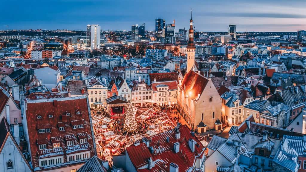 Vista aérea do mercado de natal de Tallinn