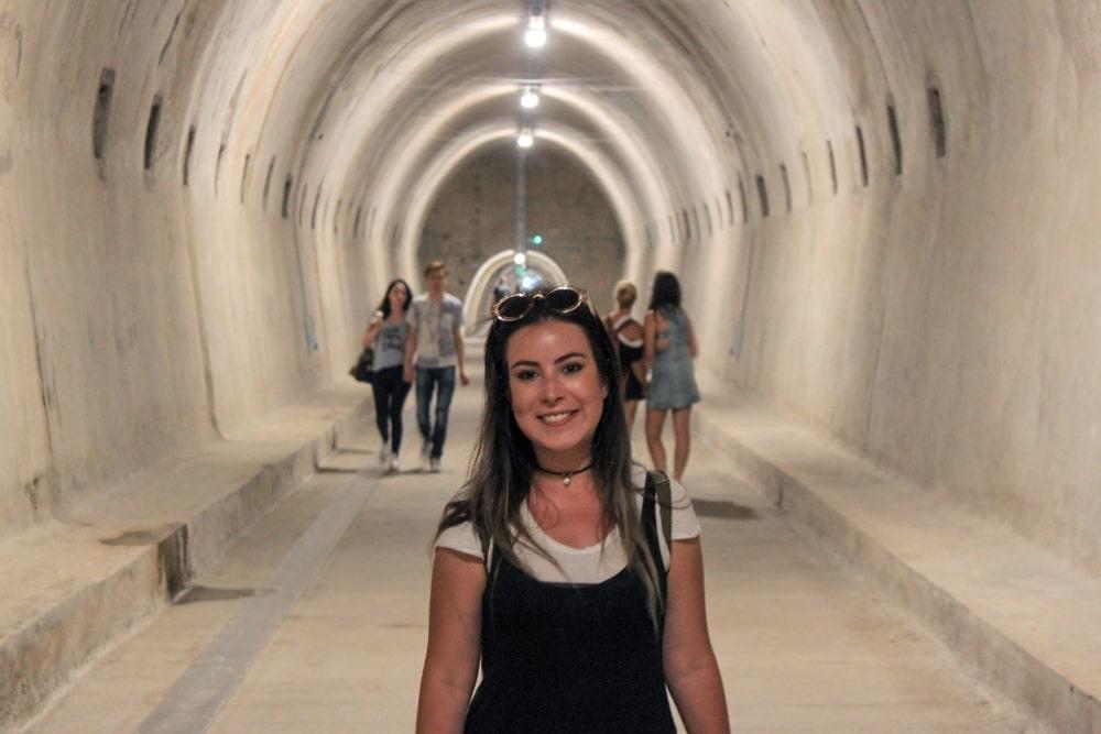 Túnel Grič em Zagreb, construído durante a segunda guerra e ainda usado para passagem de pedestres, muito bem estruturado e iluminado.