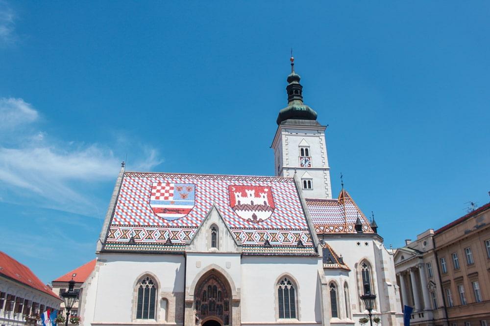 Roteiro Bálcãs: Igreja de São Marcos, que fica na cidade alta de Zagreb. Ela é famosa pelo seu telhado de azulejo com os brasões.