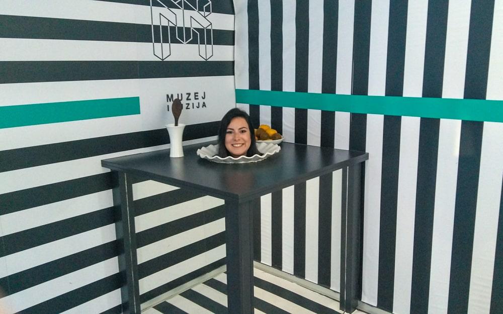Museu das Ilusões em Zagreb, bem interessante por testar nossa curiosidade e percepção. Marjorie está em uma exibição que faz com que só sua cabeça fique em cima de um prato.