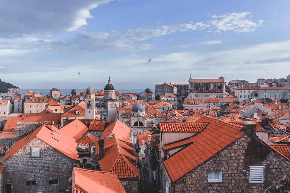 Vista dos típicos telhados laranja em um dia de Dubrovnik.