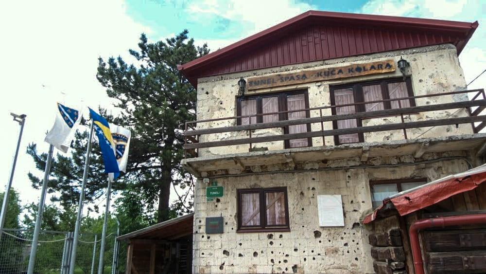 Roteiro Bálcãs:  O Museu do Túnel da Esperança em Sarajevo, no qual o túnel foi usado na época do Cerco, e ainda conta com muitas marcas e buracos de tiro na entrada.
