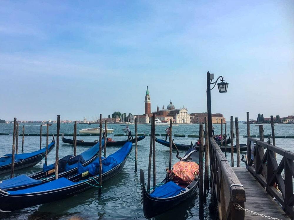 Roteiro Bálcãs: Gôndolas paradas no Gran Canal em Veneza.