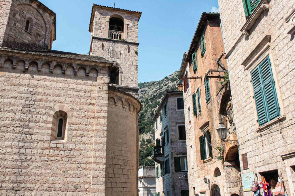 Uma rua da Cidade Amuralhada de Kotor com seus prédios antigos de pedra.