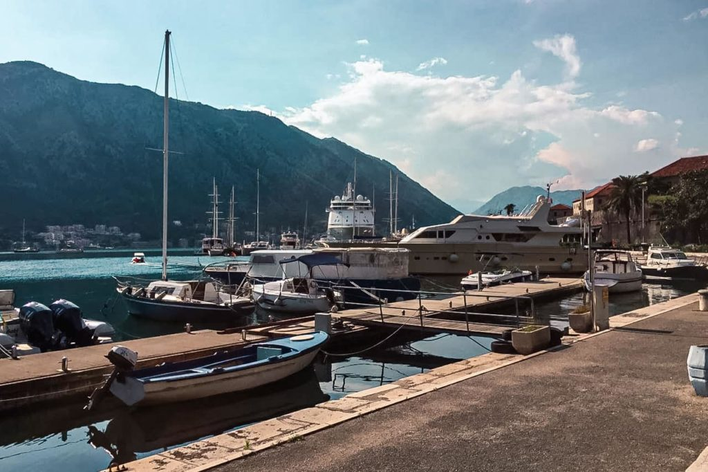 Barcos atracados no porto de Kotor.