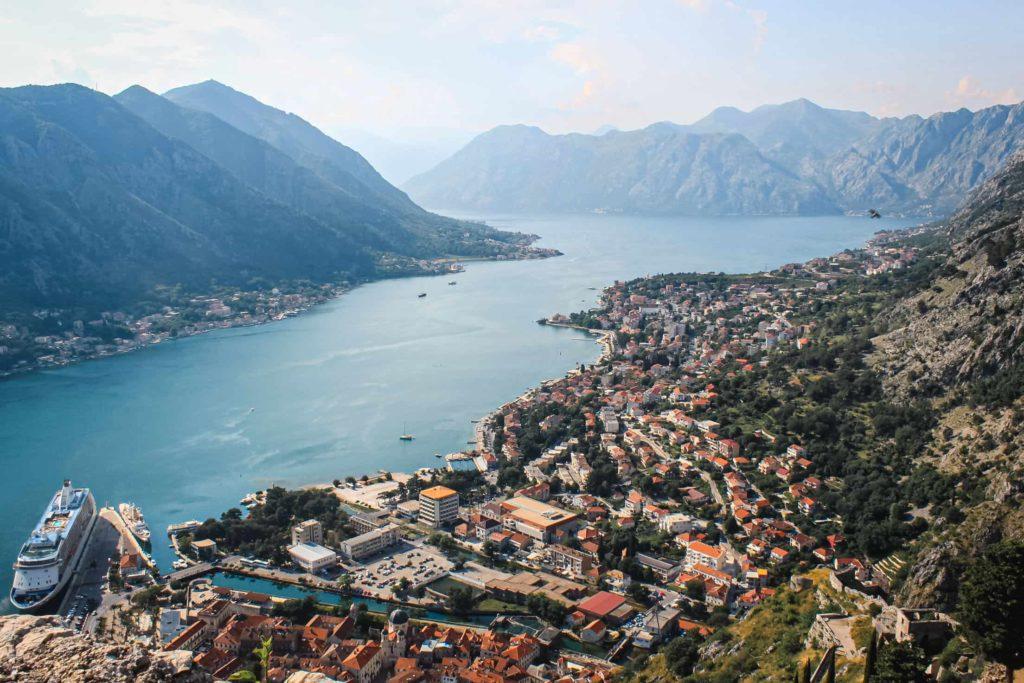 Vista dos fiordes Montenegrinos e da cidade de Kotor do topo da muralha.