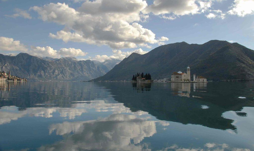 Vista da Ilha de São Jorge e Ilha de Nossa Senhora das Rochas, entre os fiordes de Montenegro