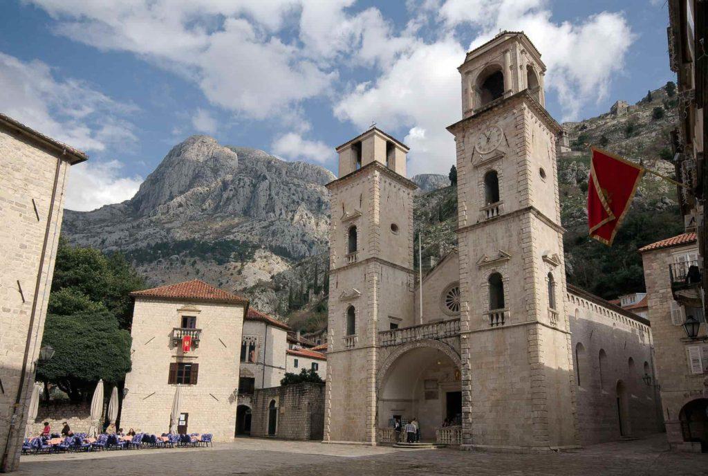 Catedral de São Trifão, no centro da cidade medieval em Kotor, Montenegro. Uma das construções que mais chama atenção, pelas suas torres.