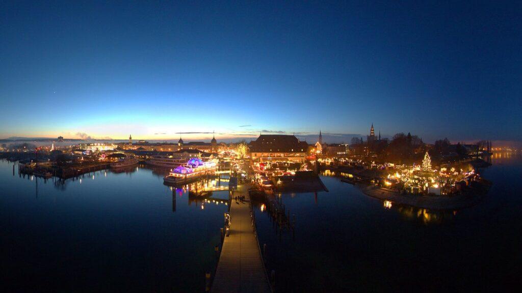 Vista do Mercado de Natal de Constance a noite, com o lago