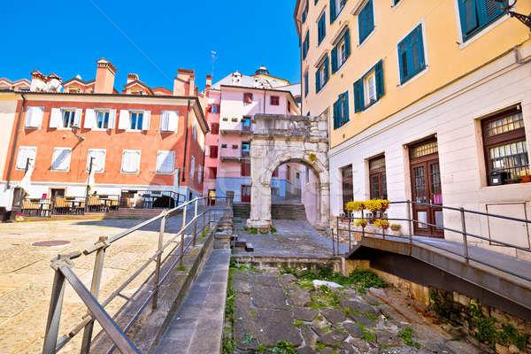Arco di Riccardo, um portão romano muito antigo localizado em uma das ruelas da Piazza del Barbacan.
