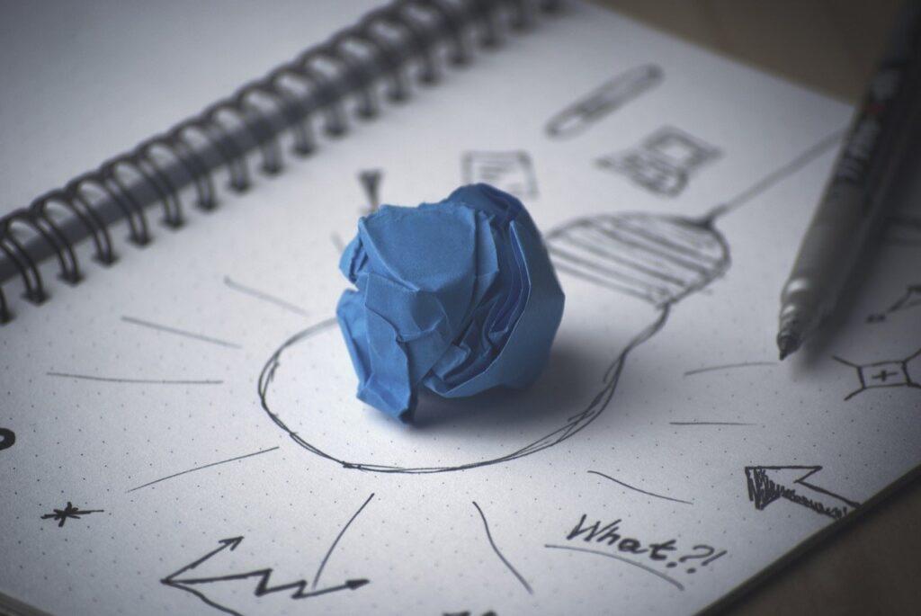 Caderno de registro de ideias, com uma lâmpada desenhada no meio