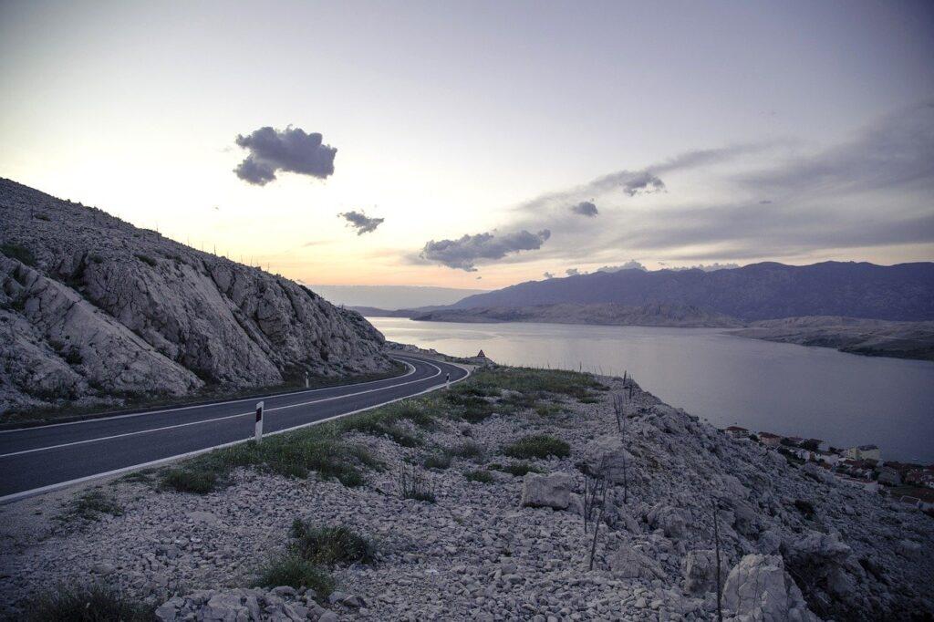Fim de tarde em uma estrada da Croácia, com as falésias próximas ao mar Adriático