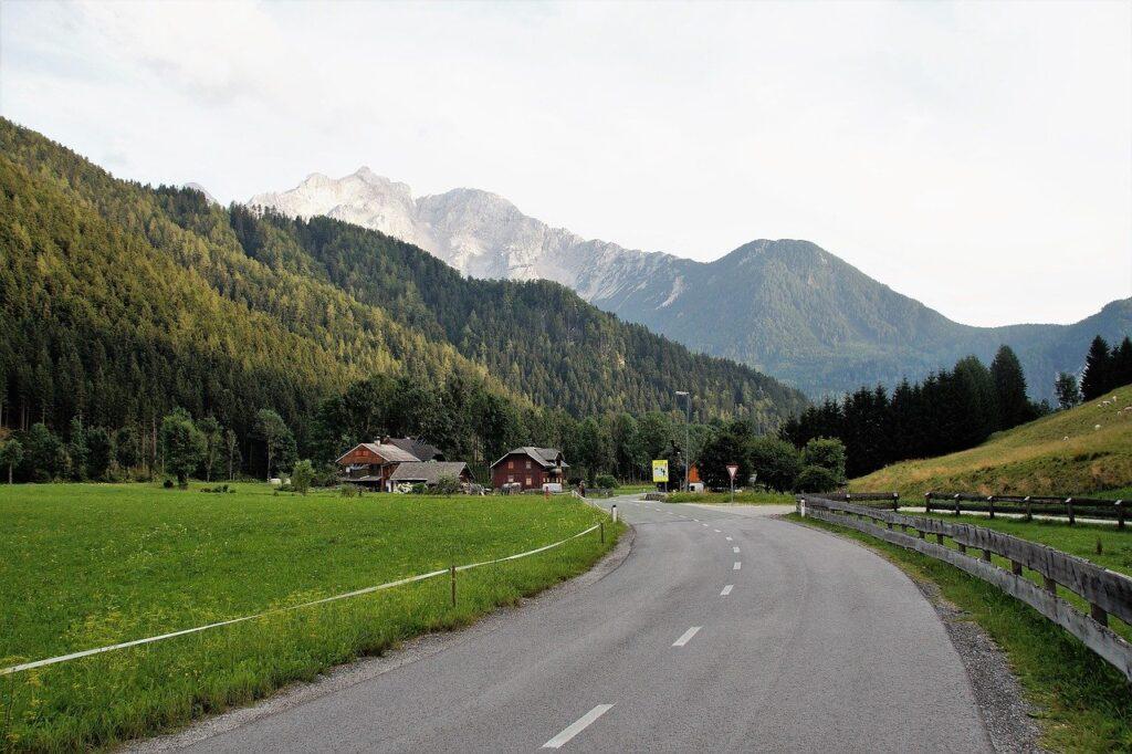 Estrada na Eslovênia, com os Alpes Julianos ao fundo