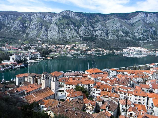 Vista da cidade medieval de Kotor, o mar adriático e os fiórdes montenegrinos ao fundo