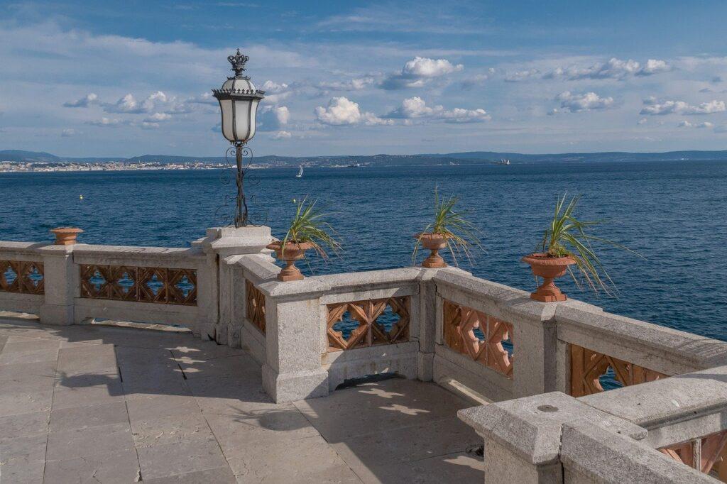 Balcões do castelo de miramar, para a baía da cidade de Trieste.