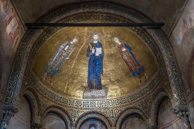 Mosaico bizantino com detalhes dourados que fica no interior da Catedral de San Giusto.