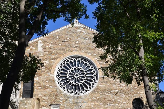 Janela em formato de uma rosácea gótica da Catedral de San Giusto.