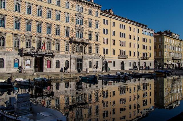 Canal de Trieste, com os prédios refletidos na água