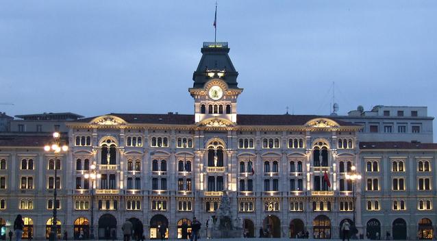 Prédio Imponente da praça unitá, em Trieste, iluminado ao fim do dia
