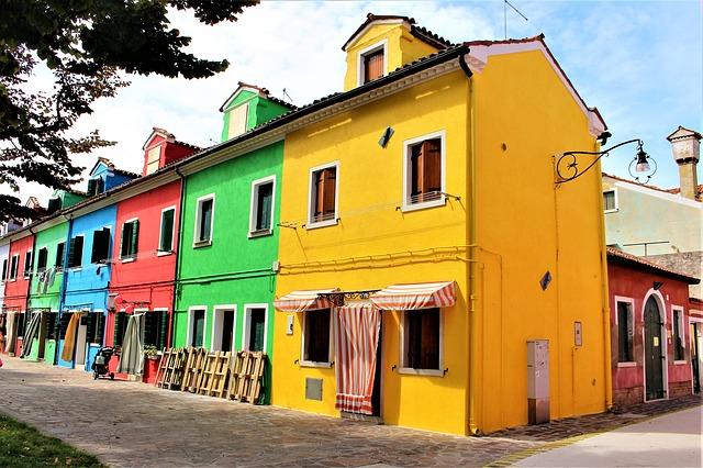 Foto das típicas casinhas coloridas da Ilha de Burano, uma das ilhas mais famosas e visitadas da lagoa veneziana.