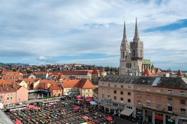Vista aérea do centro de Zagreb, com a Catedral de Zagreb em destaque no horizonte