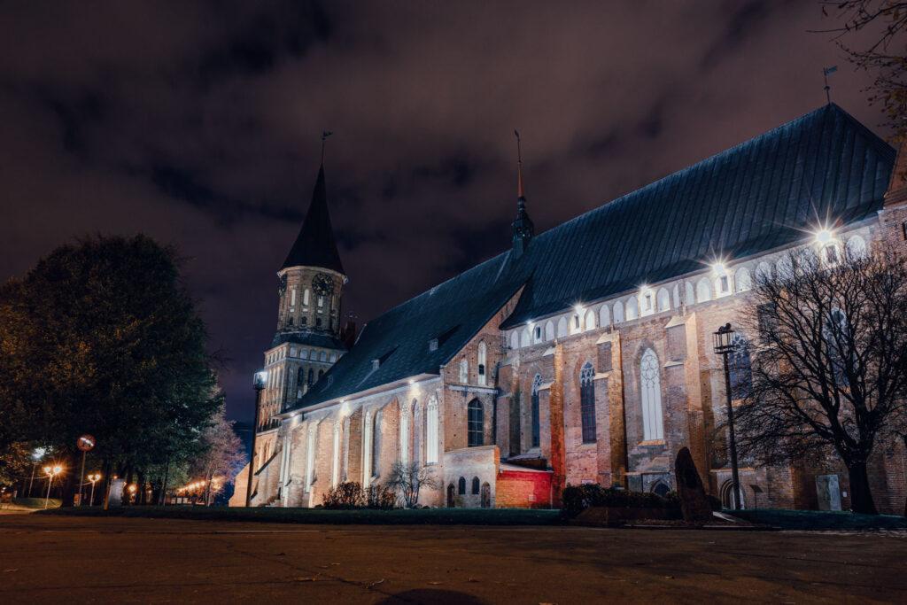 Foto noturna da Ilha de Kant e Catedral de Königsberg