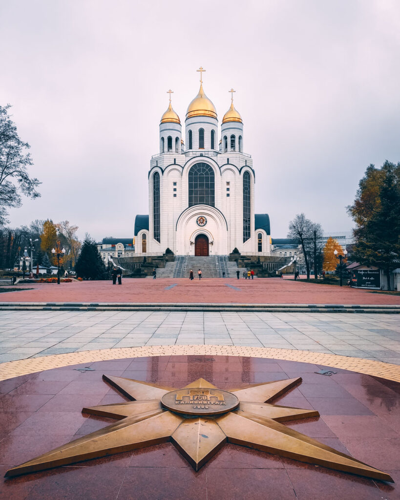 Catedral Ortodoxa de Cristo Salvador vista da Praça da Vitória, com as suas cúpulas douradas.
