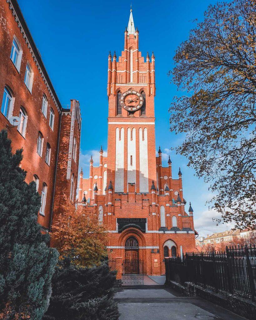 Igreja da Sagrada Família (Kirkha Svyatogo Semeystva), de arquitetura gótica de tijolos, uma das construções que sobraram de Konigsberg. Hoje é a filarmônica