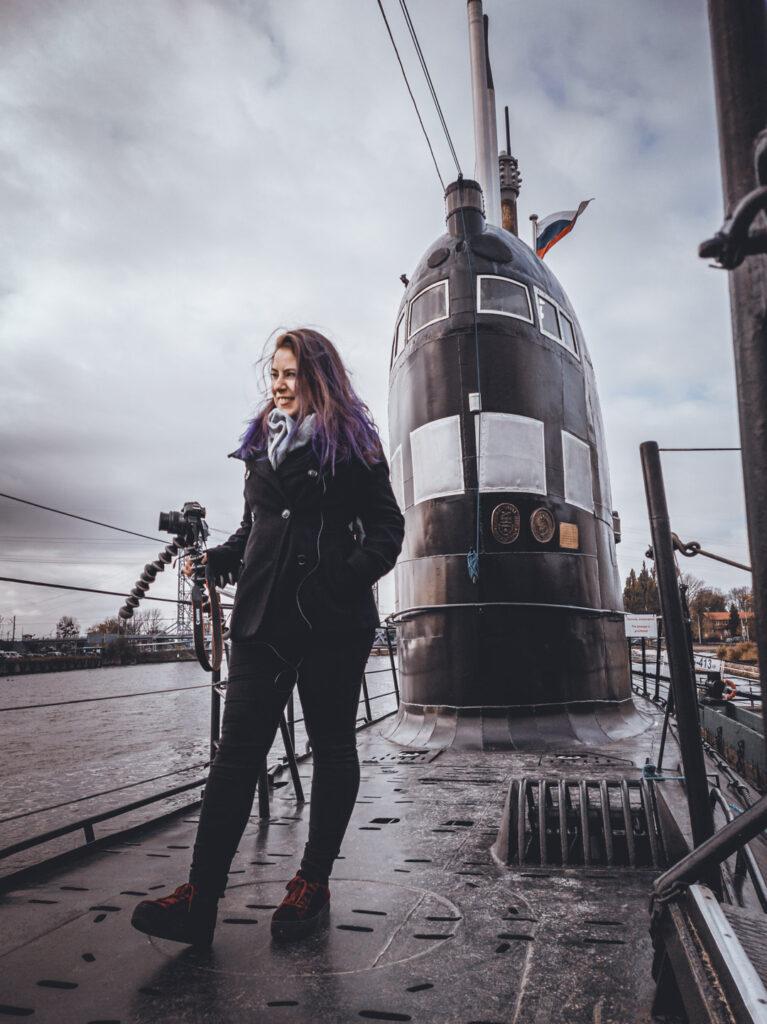 Marjorie em cima de um submarino soviético, no Museu do World Ocean de Kaliningrado