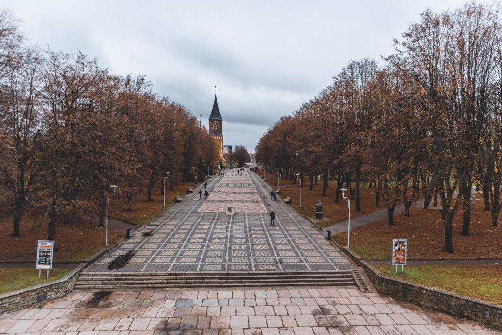Ilha de Kant e o Parque das Esculturas com as folhas alaranjadas do outono. Vista à partir da Prospekt Leninskiy