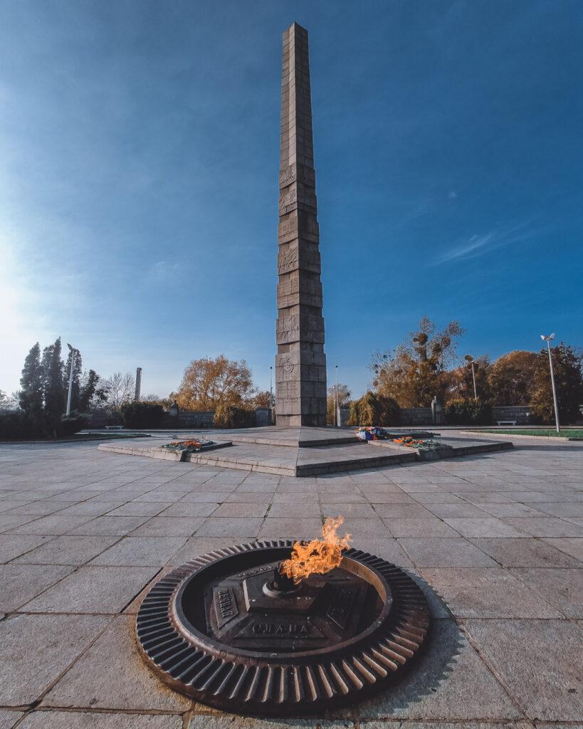 Parque da Vitória, com chama e obelisco em homenagem aos soldados do exército vermelho mortos na guerra.