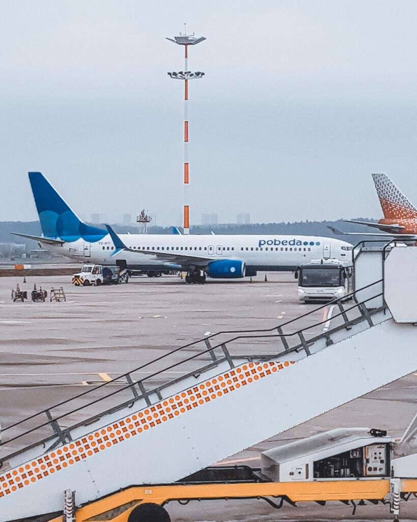 Avião da Pobeda no Aeorporto de Moscou