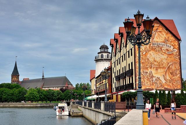 Vila dos Pescadores nas margens do Rio Pregolia, com vista para o Farol, para as casinhas históricas alemães de tijolinhos vermelhos, e para a Catedral de Königsberg, atual Kaliningrado, no lado da Ilha de Kant.
