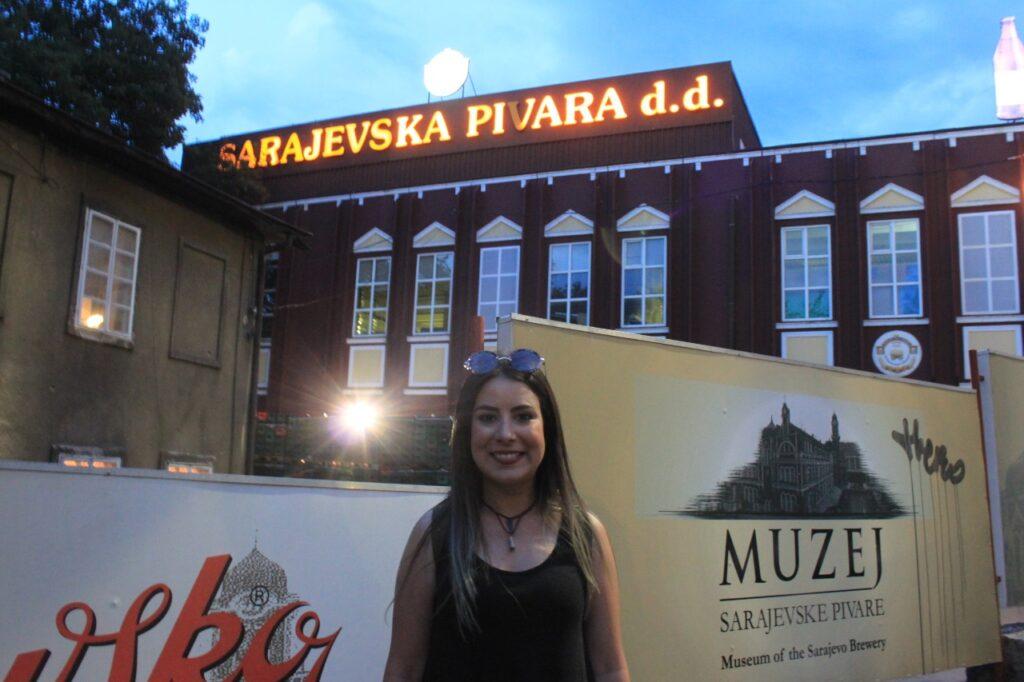 Em frente ao museu da cerveja de Sarajevo, no fim da tarde
