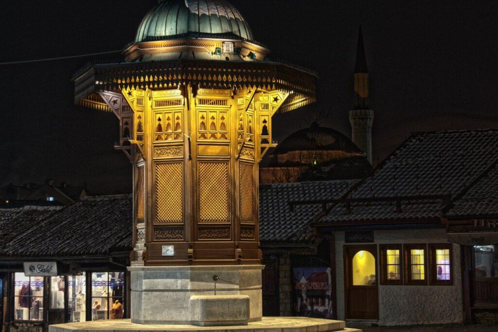 Fonte Sebilj iluminada durante a noite