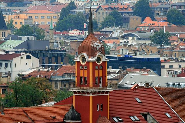 Torre vermelha e amarela do museu da cerveja Sarajevska