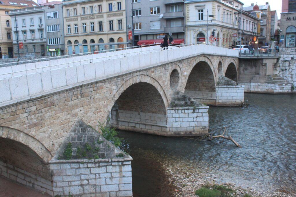 Ponte de pedra levemente arqueada no centro de Sarajevo