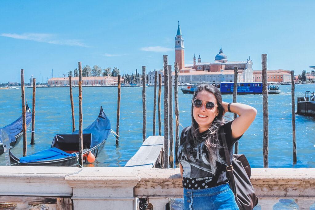 Marjorie no Grand Canal de Veneza, com a Ilha de San Giorgio Maggiore ao fundo