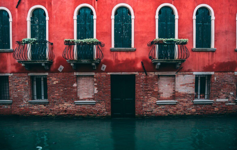 fachada de uma típica casa de Veneza, com um canal passando em frente