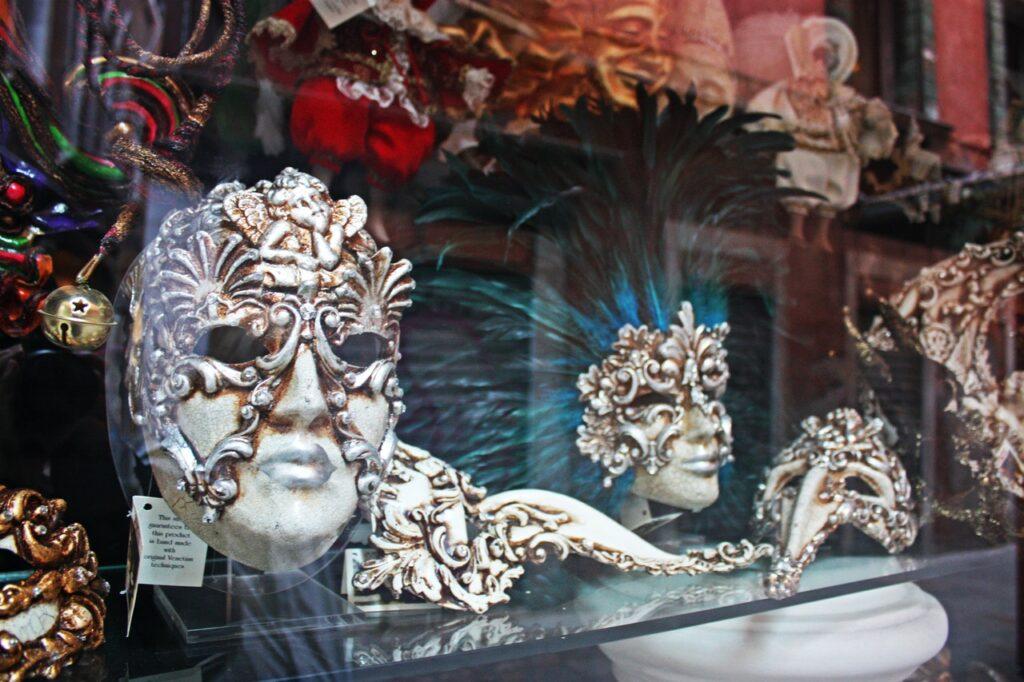 máscaras de veneza em fachada de uma loja