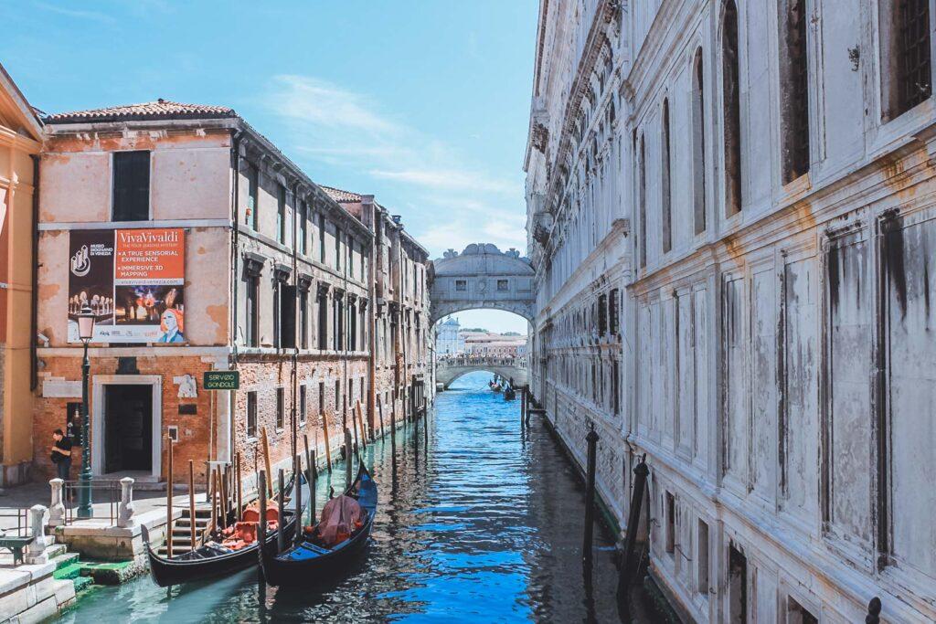 Ponte dos Suspiros que fica por cima de um dos canais de Veneza. Ela ligava o Palácio Ducal com uma Prisão.