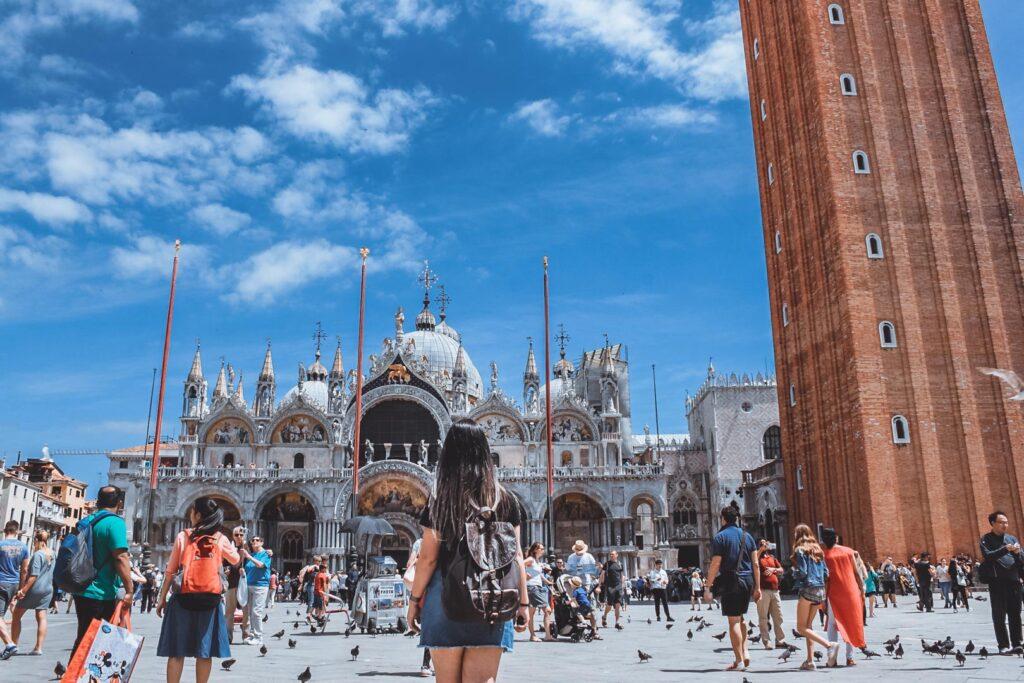 Marjorie de Costas olhando a Basílica de São Marcos, em Veneza
