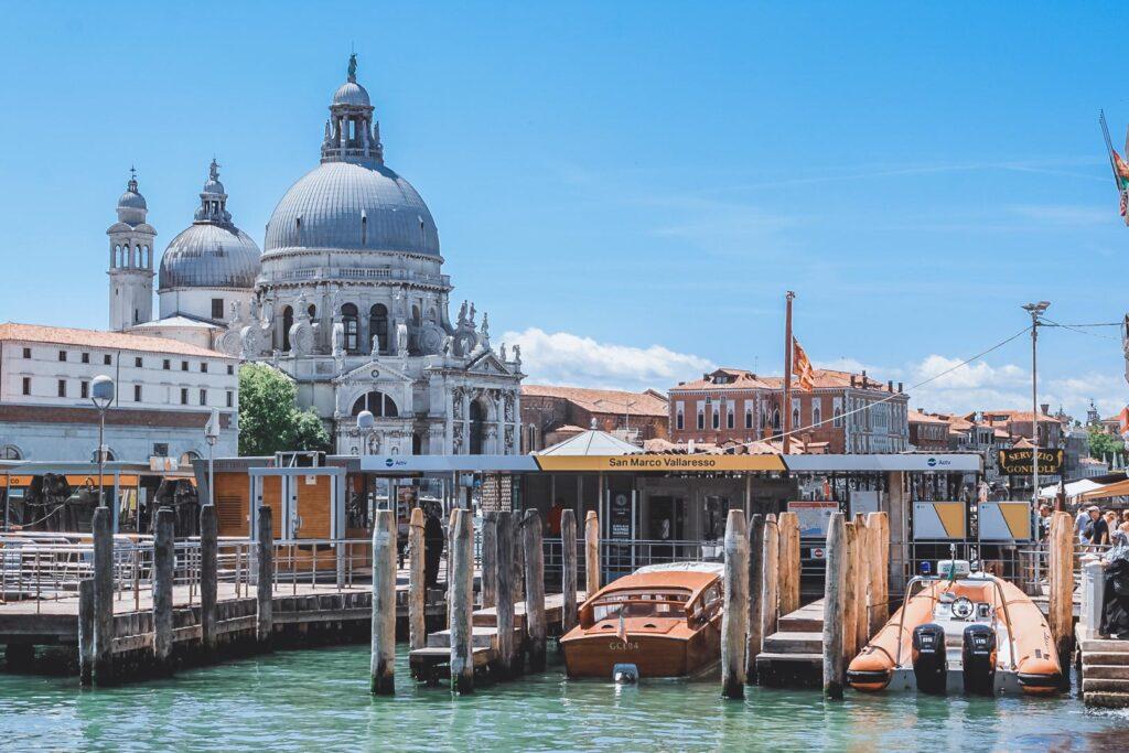 A famosa Basílica Santa Maria della Salute, uma das mais famosas de Veneza, que tem uma arquitetura sensacional e com várias gôndolas ancoradas em sua margem.