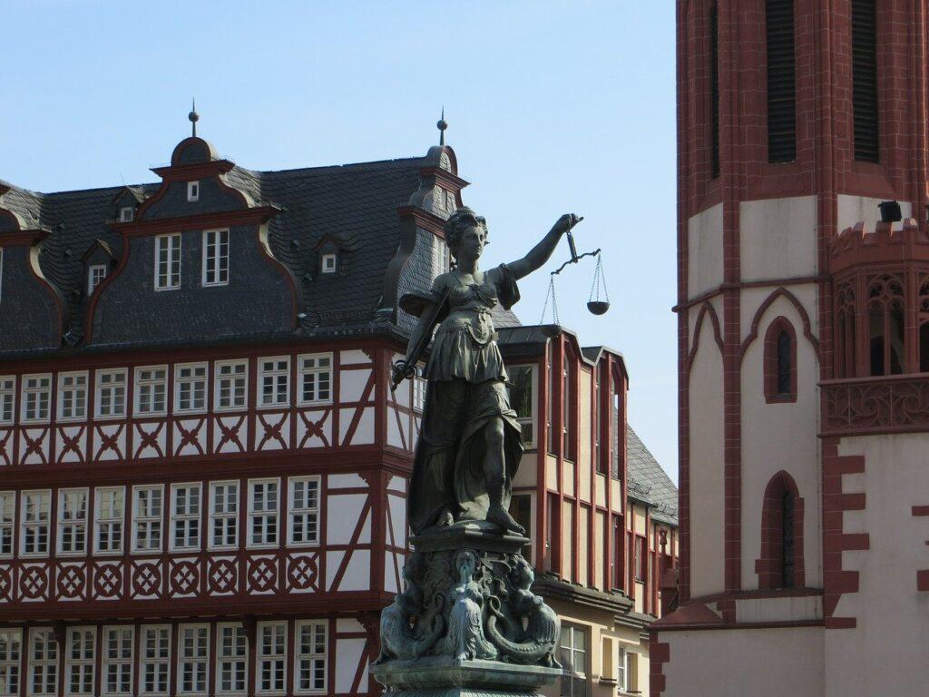 O que conhecer em Frankfurt: A fonte da justiça fica na praça Römerberg e é uma das principais atrações da cidade