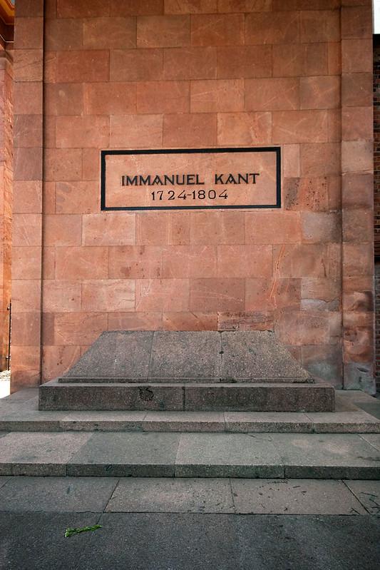 Túmulo de Immanuel Kant, ao lado da Catedral de Konigsberg, na Ilha d Kant.