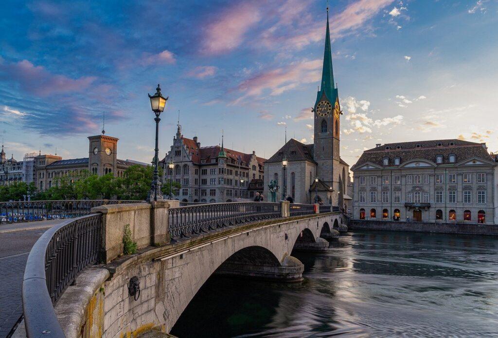 A Münsterbrücke é uma Ponte Histórica no Centro de Zurique, que corta o rio Limmat e é passagem em um roteiro na cidade