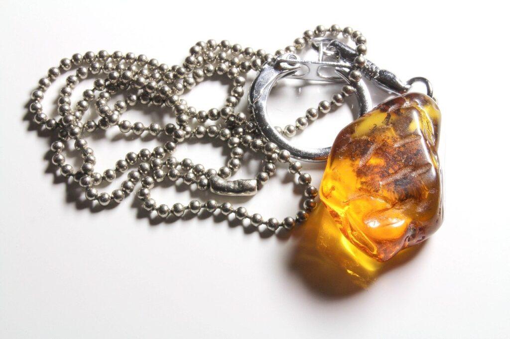 Resina de Âmbar aplicado em uma joia