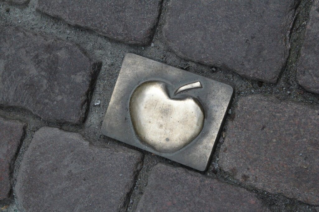 Onde tomar Apfelwein em Frankfurt: O bairro de Alt Sachsenhausen tem diversos bares e restaurantes especializados em Apfelwein, nas ruas do bairro tem o símbolo da maçã